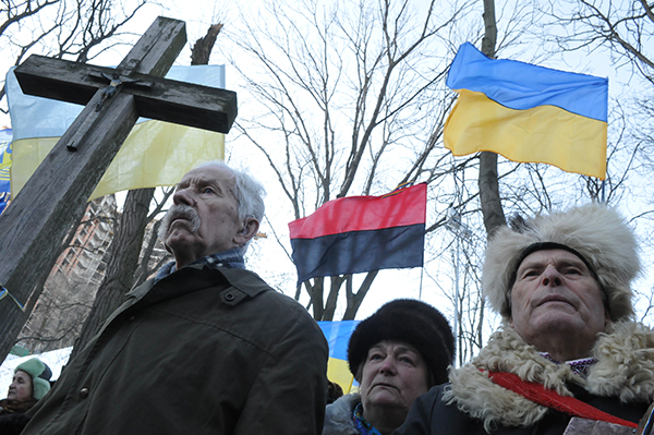 Участники памятной акции возле памятника Героев Крут на Аскольдовой могиле в Киеве 29 января 2011 года. Фото: Владимир Бородин/The Epoch Times