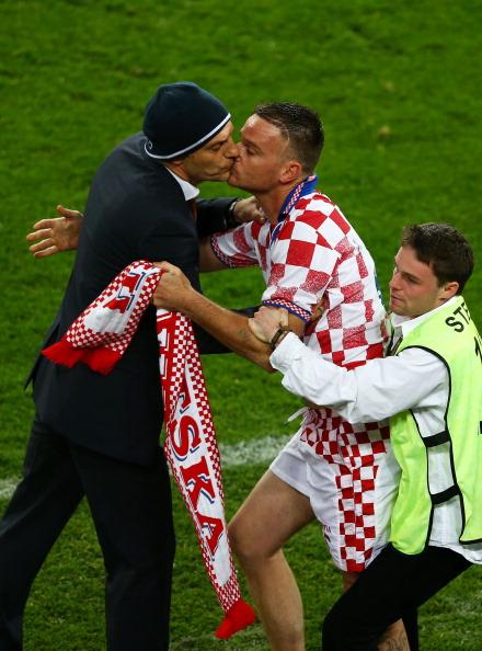 Познань, Польша — 10 июня: стюард удерживает болельщика сборной Хорватии, когда тот целует главного тренера хорватской сборной Славена Билича во время матча между Ирландией и Хорватией. Фото: Clive Mason/Getty Images
