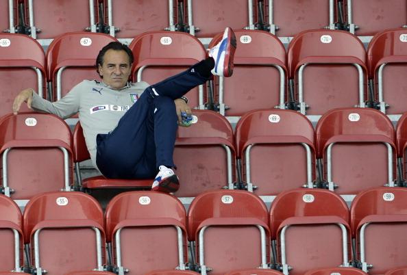 Краков, Польша — 19июня: главный тренер Чезаре Пранделли из Италии наблюдает с трибуны за тренировкой своей команды. Фото: Claudio Villa/Getty Images