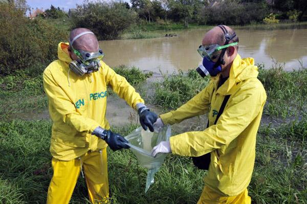 Активісти Грінпіс взяли зразки для контролю якості води в річці в Маркано, близько 150 км від Будапешта. Фото: ATTILA KISBENEDEK/AFP/Getty Images