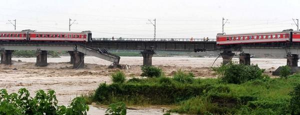 Из-за повреждения наводнением моста, в реку упали два вагона пассажирского поезда. Провинция Сычуань. Август 2010 год. Фото с epochtimes.com