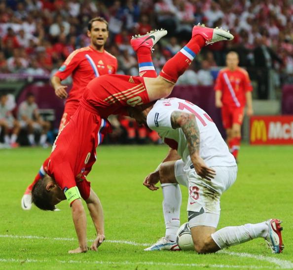 Сальто Андрея Аршавина из России во время матча между Польшей и Россией 12 июня 2012 года в Варшаве. Фото: Alex Grimm/Getty Images