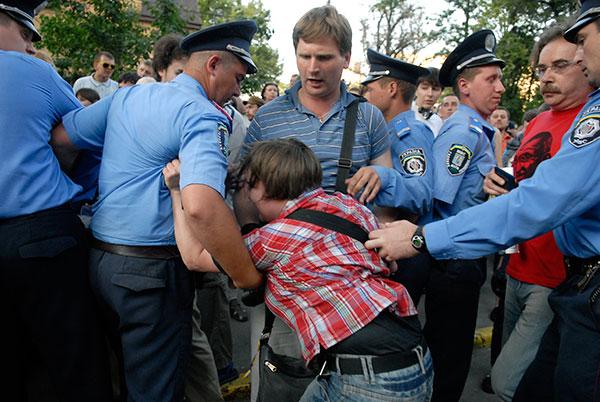 Участница акции прорывается к зданию РОВД во время массового протеста против гибели студента в отделении милиции, состоявшегося в Киеве 10 июня 2010 года. Фото: Владимир Бородин/The Epoch Times