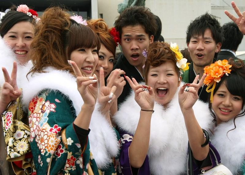 Химедзи, Япония, 14 января. 20-летние юноши и девушки отмечают День совершеннолетия. Фото: Buddhika Weerasinghe/Getty Images