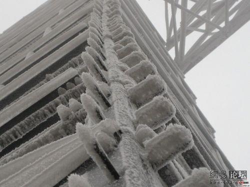 Толстый слой льда на электро вышке. Фото с сайта epochtimes.com