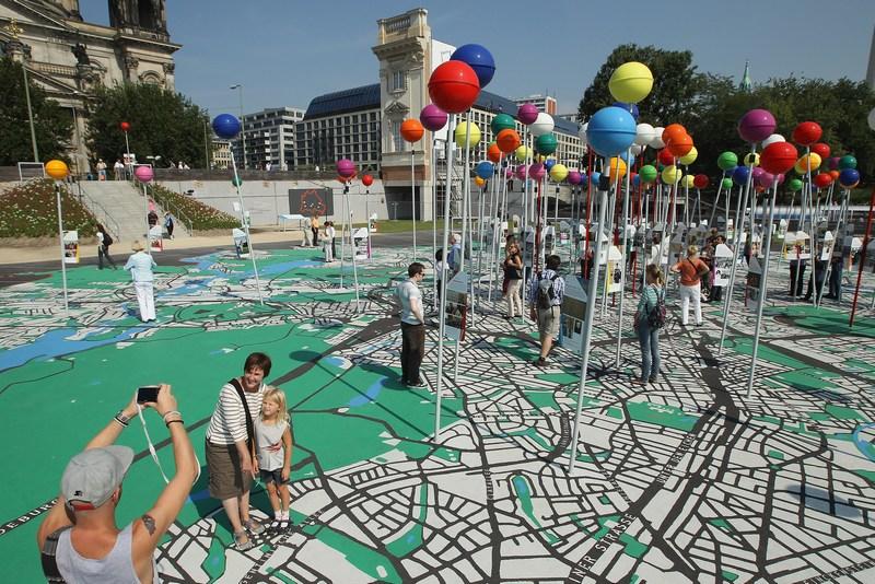 Берлин, Германия, 29 августа. Городу исполнилось 775 лет. Жители и гости гуляют по огромной карте города, выполненной в масштабе 1:775. Фото: Sean Gallup/Getty Images