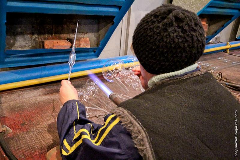 Для контроля диаметра шара служит специальный трафарет (в левой руке мастера на фото). Фото: holy-mozart.livejournal.com