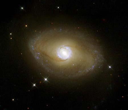 1 листопада 2001 р. Телескоп *Хаббл*, використовуючи ультрафіолетову зйомку, отримав зображення галактики NGC 6782, що має яскраве ядро в центрі й оточуючі його блакитні зірки. Фото: NASA and The Hubble Heritage Team (STScI/AURA)