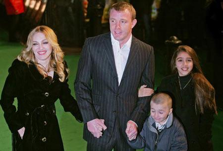 Мадонна та її чоловік - Гай Річи (Guy Ritchie) і діти - Рокко (Rocco) і Лурдес (Lourdes). Мадонна озвучує одного з героїв мультфільму «Артур і невидимки» (Arhur and the Invisibles) Фото: CARL DE SOUZA/AFP/Getty Images