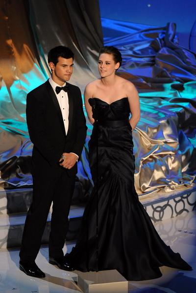 Актеры Тэйлор Лотнер и Кристен Стюарт объявляли номинантов на 82-й церемонии вручения наград «Оскар». Фото: GABRIEL BOUYS/AFP/Getty Images