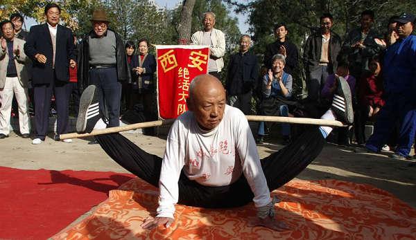 77-летний Жэнь Шанлинь демонстрирует растяжку. Фото с xian.qq.com