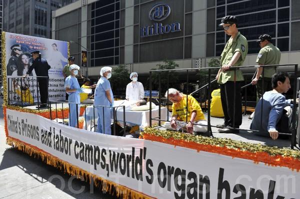 Инсценировка пыток, которым подвергаются последователи Фалуньгун в Китае. Нью-Йорк. 6 июня 2009 год. Фото: Ли Юань/The Epoch Times