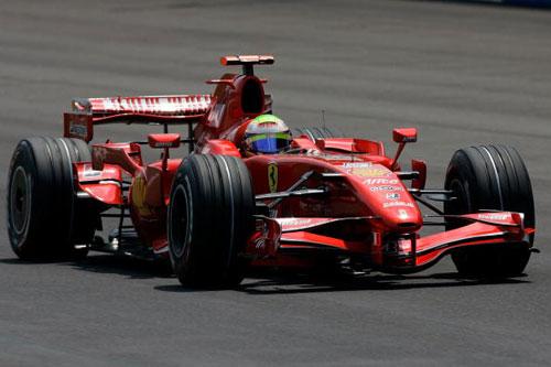 Пилот команды Феррари Фелипе Масса участвует в гонках в течении квалификации Гран-при США. Фото: Michael Conroy-Pool/Getty Images