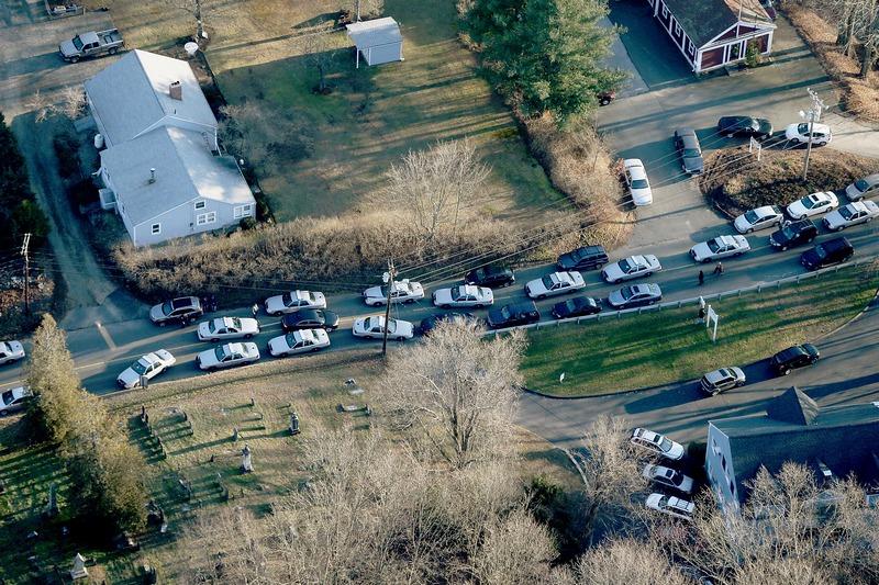 Ньютон, США, 14 декабря. Полицейские автомобили перекрыли дорогу возле начальной школы, где Адам Ланц устроил расправу над школьниками. Фото: Mario Tama/Getty Images