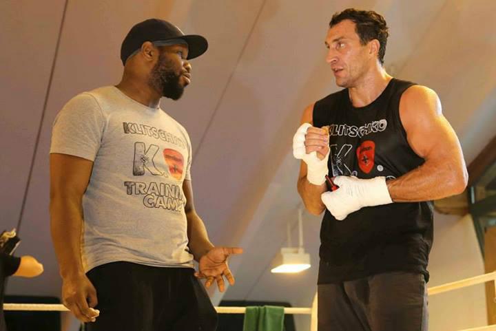 Володимир Кличко з Джонатаном Бенксі на тренуванні в тенісному залі готелю Stanglwirt. Фото: allboxing.ru