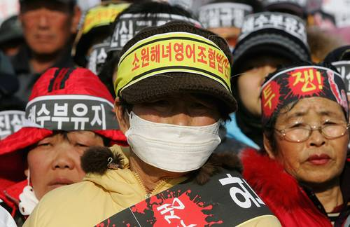 В Южной Корее местные жители и рыбаки города Теан (Taean) 18 января провели демонстрацию, требуя от правительства возмещения за разлив нефти. Фото: Chung Sung-Jun/Getty Images