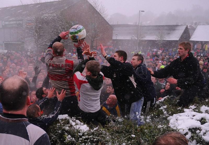 Ашборн, Ирландия, 13 февраля. Жители играют в «футбол без правил», цель которого — «забить» мяч в ворота соперника, расположенные на окраине города. Фото: Michael Regan/Getty Images