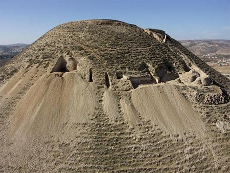 На фото видны археологические раскопки  на северо-восточном знаменитой крепости Иродион (западная часть  города Вифлеем). Фотография предоставлена Еврейским университетом.  Фото: Hebrew University via Getty Images