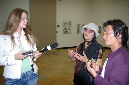"""Художниця Лі Чун Манн дає інтерв'ю кореспондентові """"Великої Епохи"""". Фото: Алла Хегай/Велика Епоха"""