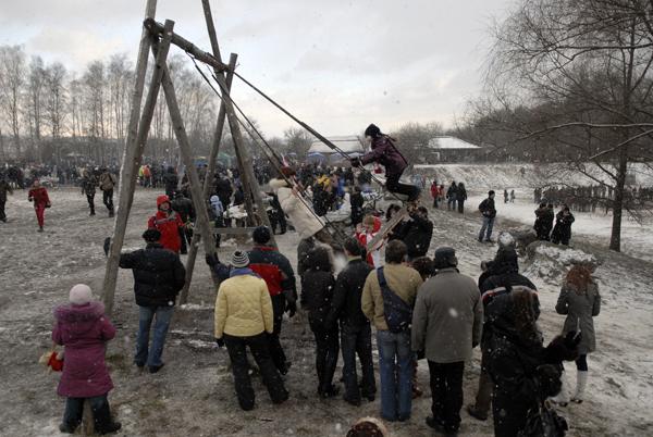 Качели постоянно были в центре внимания. Фото: Владимир Бородин/The Epoch Times Украина