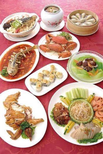 Семейное блюдо. Салат из пяти видов мяса, кисло-сладкий жаренный большой жёлтый горбыль (рыба), пельмени, жареная красная соя в форме слитков, рак, приготовленный на пару, жаренная курица, жаренные китайские грибы с горчицей. Фото с epochtimes.com