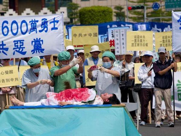 Инсценировка извлечения органов. Фото: Тан Бин/ The Epoch Times