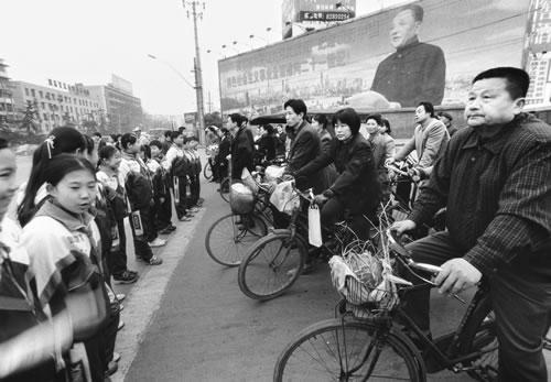Школьников задействовали для регулирования дорожного движения. Фото с epochtimes.com