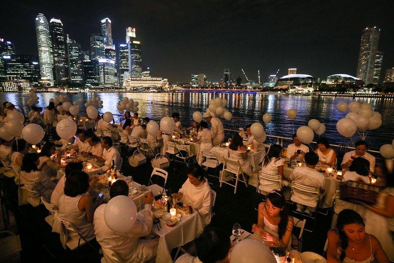 Сингапур, 30 августа. В музее науки и искусства состоялся первый в Азии «Обед в белом». Подобное явление проводится свыше 20 лет ежегодно в 20 городах мира. Фото: Chris McGrath/Getty Images