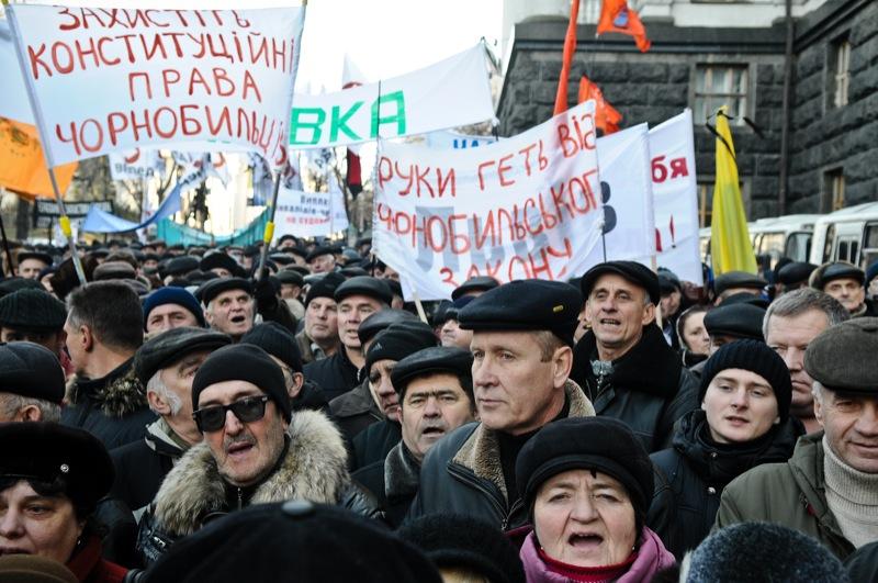Чорнобильці з різних міст знову зібралися біля стін уряду. Фото: Владимир Бородин/The Epoch Times Украина