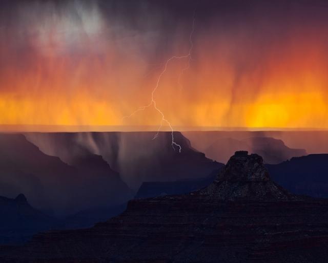 Вспышка молнии во время сильной вечерней грозы освещает северный край Королевского мыса. Национальный парк Гранд-Каньон, штат Аризона. Фото: Phillip Noll Jr./outdoorphotographer.com