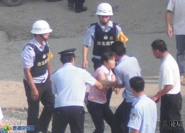 Полиция хватает рабочих, пытающихся отстоять свою землю. 19 октября 2009 год. Фото с epochtimes.com