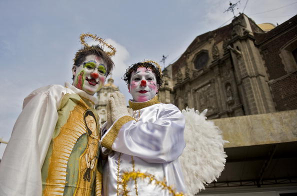 Мексиканские пилигримы в образе ангелов, участвуют в ежегодном паломничестве в Мехико, столицу Мексики. Фото: LUIS ACOSTA/AFP/Getty Images