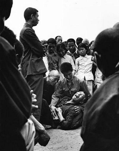 Грубый сельский начальник ударил крестьянина и тот упал на землю. Фото с epochtimes.com