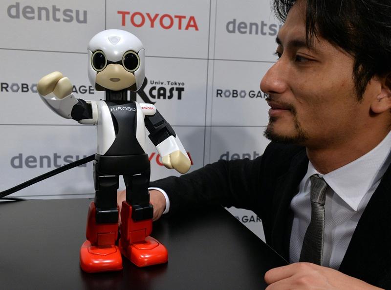 Токіо, Японія, 26 червня. Робот «Кіробо», що вміє розмовляти, вирушить у серпні на МКС як іграшка-співрозмовник екіпажу станції. Фото: YOSHIKAZU TSUNO/AFP/Getty Images