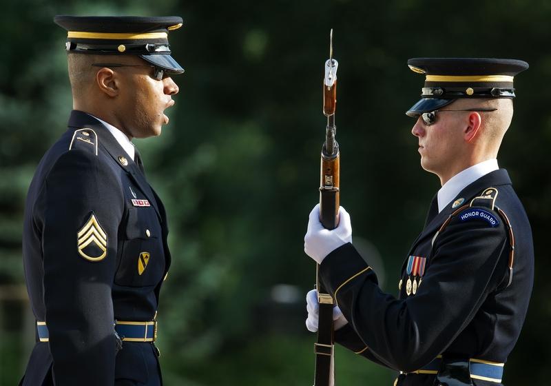 Арлингтон, США, 27 июля. Сержант инструктирует солдата почётного караула перед началом церемонии «Мы помним о героях», проводимой в рамках празднования 59-й годовщины завершения Корейской войны. Фото: PAUL J. RICHARDS/AFP/GettyImages