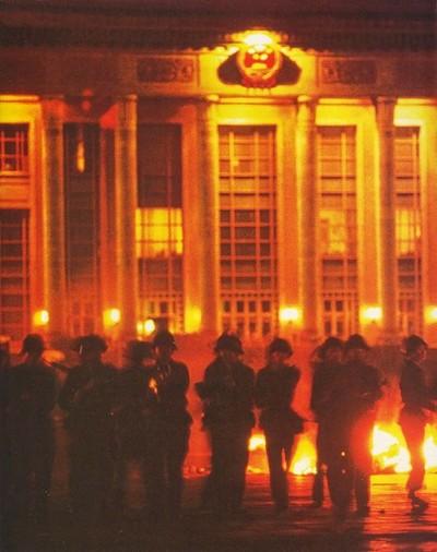 4 июня в 4 часа утра из здания Народного собрания вышли вооружённые солдаты НОАК начали расстреливать студентов. Фото с epochtimes.com