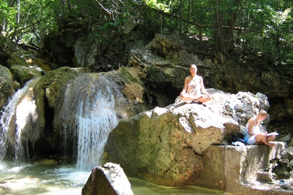 Відпочинок та медитація біля водоспаду Сууч-хан.Фото:Павло Хулін/The Epoch Times Україна