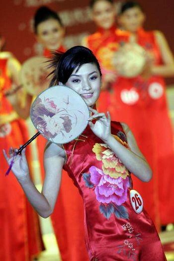 Участница конкурса Мисс Китай Чжао Тинтин. 20 сентября 2005 г. Фото: AFP/Getty Images