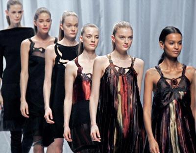 Красиві дівчата ходять по подіуму демонструючи колекцію Осінь /Зима 2006. фото: FRANCOIS GUILLOT/AFP/Getty Images