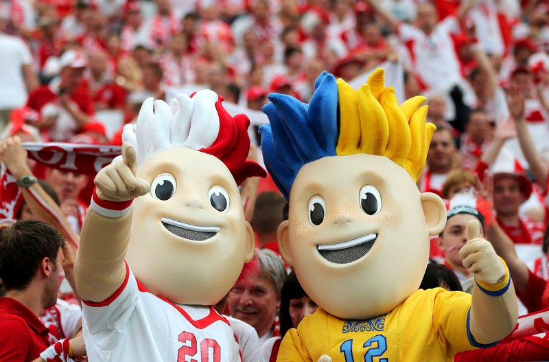 Варшава, Польща, 8 червня. Талісмани Євро-2012 Славек і Славко. Фото: Alex Grimm/Getty Images