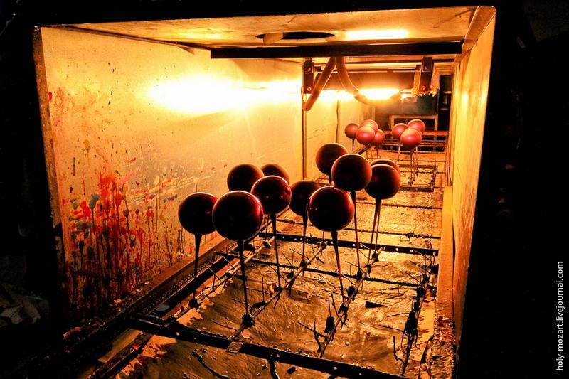 Длинная труба с установленными внутри лампами — сушилка-конвейер. Это та небольшая часть производства, которая механизирована. Фото: holy-mozart.livejournal.com