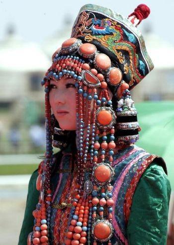 Модель в монгольском традиционном наряде. Внутренняя Монголия, 25 июля 2005 г. Фото: AFP/Getty Images