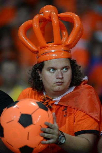 Голландський фан з надувним м'ячем у руках на матчі Португалії проти Голландії, 17червня в Харкові. Фото: РATRICK HERTZOG/AFP/Getty Images