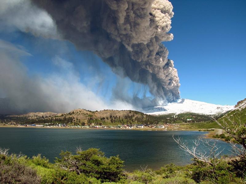 Юг Чили, 22 декабря. Началось извержение вулкана Копауэ, расположенного на границе с аргентинской провинцией Неукен. Облака пепла и газа, извергаемые из жерла вулкана, уже поднялись на высоту 1,5 км. Фото: Antonio Huglich/AFP/Getty Images
