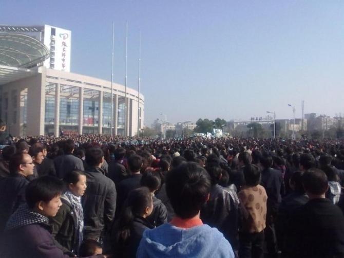 Около 20 тысяч человек протестуют против халатности врачей. Провинция Цзянсу. Декабрь 2010 года. Фото с epochtimes.com