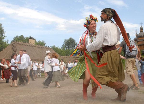 Під народну музику кримські татари і козаки провели майстер-класи з національного танцю, 19 червня 2010. Фото: Володимир Бородін/The Epoch Times