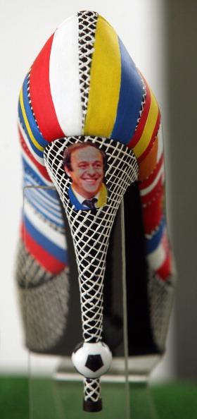 Жіноче взуття від дизайнера Ігоря Зайцева, прикрашене прапорами футбольних країн із зображенням голови УЄФА Мішеля Платіні, Донецьк 7 червня 2012 року. Фото: Alexander KHUDOTEPLY/AFP/GettyImages