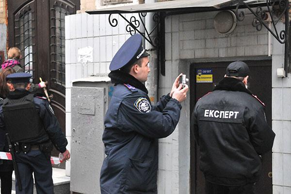 Эксперты МВД и взрыво-техническая группа МЧС прибыли на место преступления. Фото: Владимир Бородин/The Epoch Times Украина