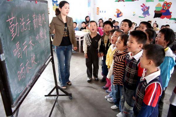 Місто Ханьшань провінції Аньхой. Співробітник Центру контролю та профілактики захворювань розповідає дітям про те, як уникнути зараження хворобою HFMD. Фото з aboluowang.com