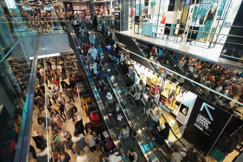 Берлин, Германия, 12 июля. В городе открылся магазин одежды сети Primark. Сеть Primark становится серьёзным конкурентом другим магазинам недорогой одежды. Фото: Sean Gallup/Getty Images